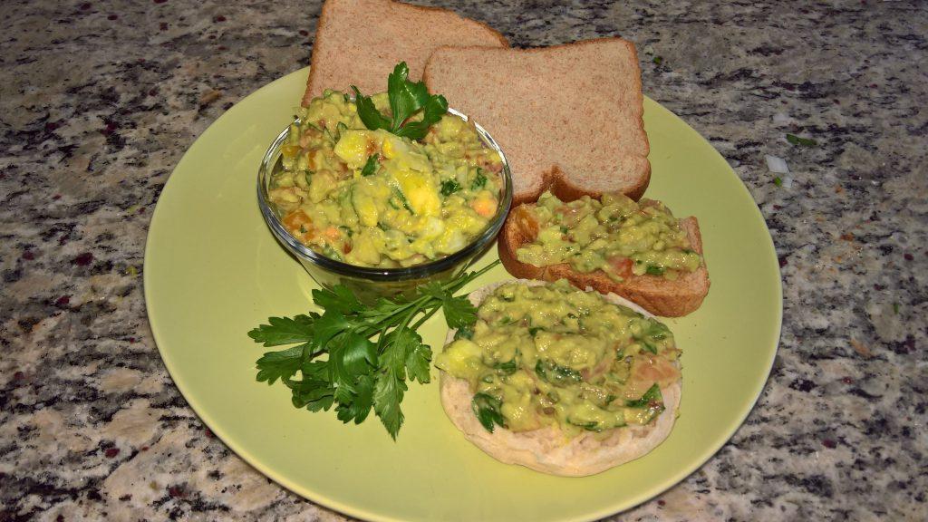 Guacamole servito con pane tostato