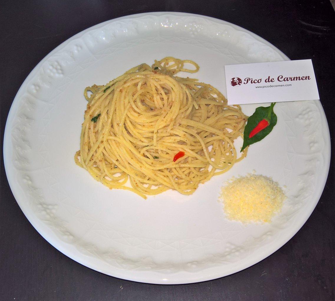 spaghetti del capitano acciughe e pangrattato