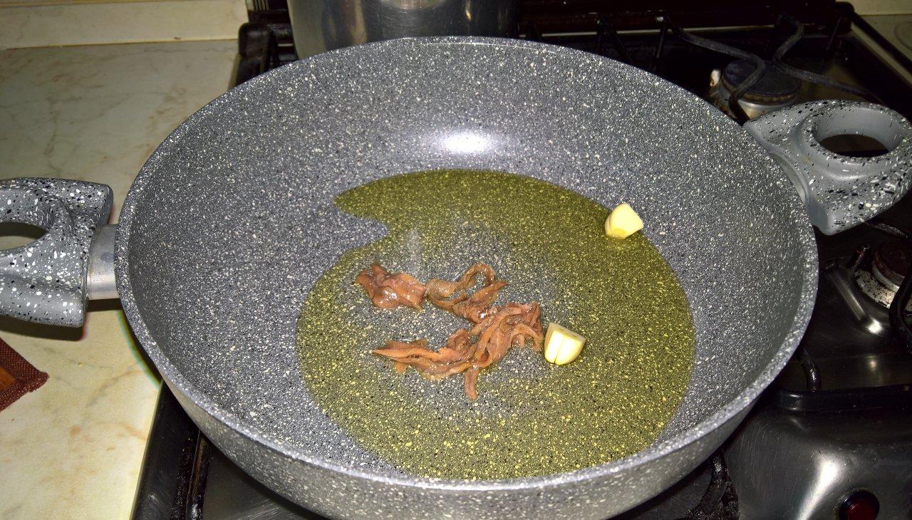 Vermicelli con acciughe e pinoli
